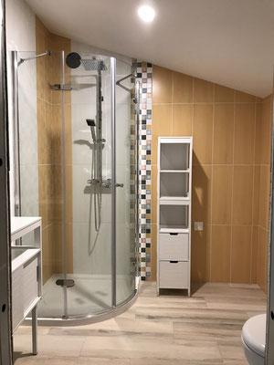 douche a l'italienne contemporaine en gris blanc et bois