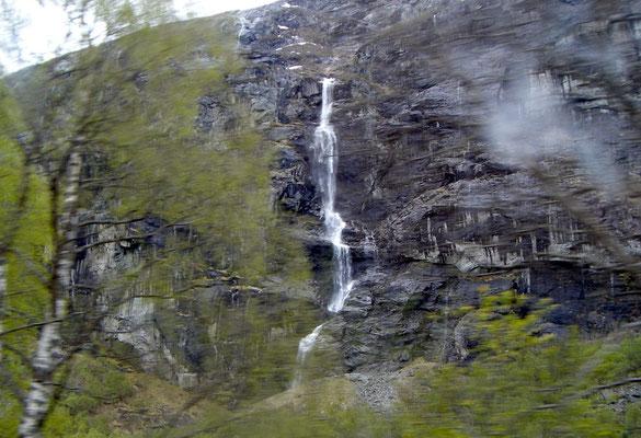 Wasserfall im Fjord - Norwegen