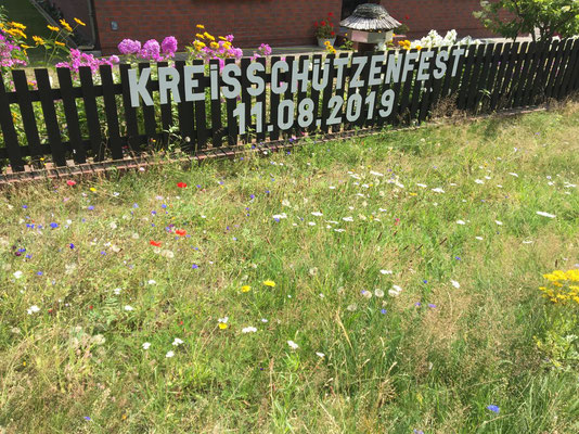 eine schöne Blumenwiese unterstreicht diese private Werbung