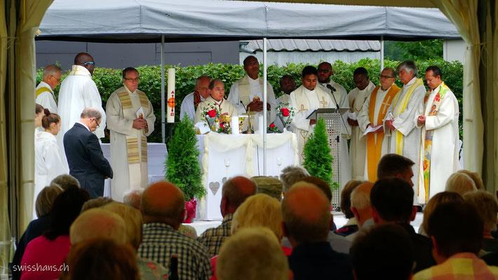 Priester am Altar beim Festgottesdienst bei der Kapelle im Riet bei Oberriet.