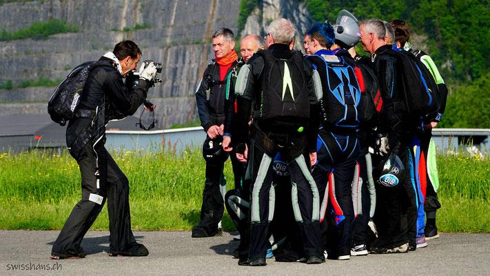 Gruppenfoto der Fallschirmspringer vor dem Start beim Flugplatz Hohenems