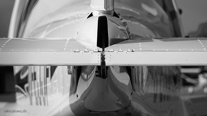 Rückansicht auf die Heckklappen eines Flugzeuges beim Flugplatz Hohenems