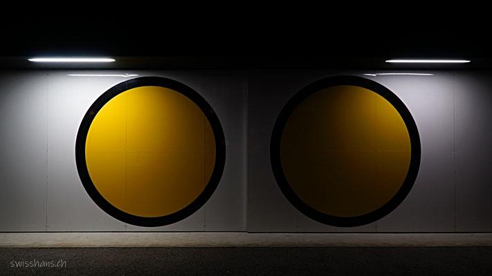 Symbolische gelbe Räder bei der e-Bike-Station in Widnau
