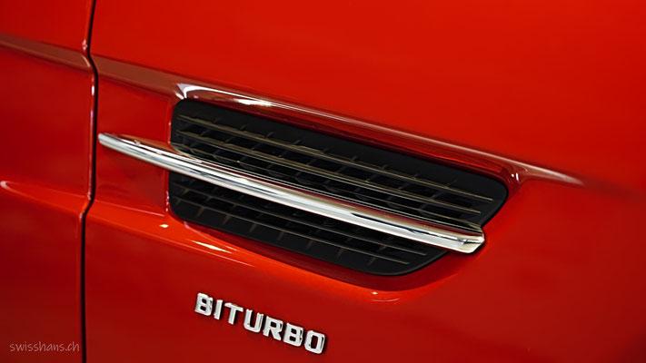 Detail eines roten Mercedes in der Sterngarage Heerbrugg