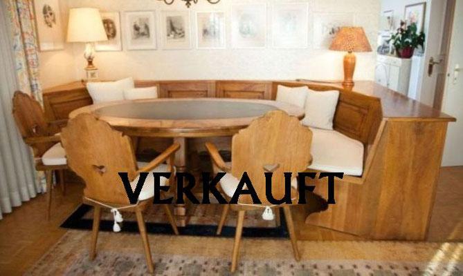 Tisch mit Stabellen