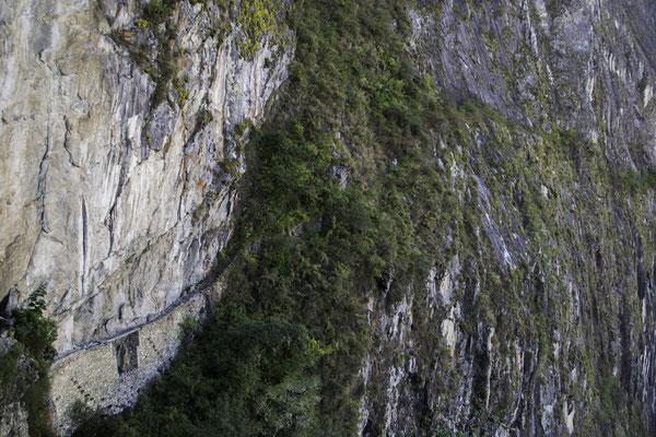 Einer der Inka-Pfade zum Machu Picchu (siehe Brücke unten links)
