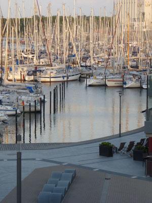Blick vom Balkon auf den Yachthafen