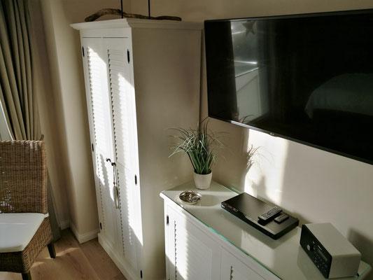 """Großes Schlafzimmer mit 50""""TV und Blurayplayer"""