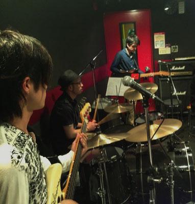 群馬県高崎市の音楽 ドラム教室 RIDE ONドラムスクール 【ライドオンドラムスクール】 1人ひとりの目的・目標に合わせたオーダーメイド・ドラムレッスンを行っています。 群馬県高崎市にある高崎クラブフリーズ内のスタジオでマンツーマンレッスンを行っているドラム教室です。 ドラムスクール ワークショップ風景