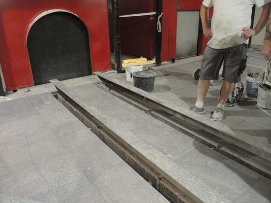 Bodenplatten aus Quarksandstein im Krematorium Rüti