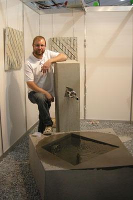 Fabian Winiger präsentiert den Brunnen an der Expo Stäfa 2013
