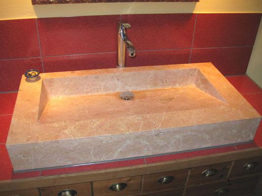 Waschbecken im Badezimmer aus Liesberger Jurakalk gebürstet, Innenflächen geschliffen Familie Burlet.