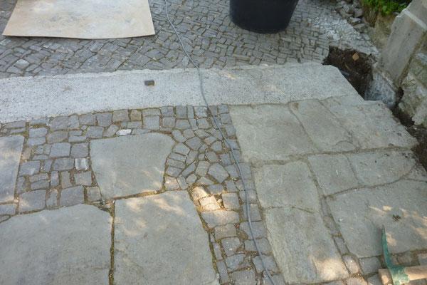 Platz aus gespaltenen Staader Platten und Guber Pflastersteinen teilweise ergänzt