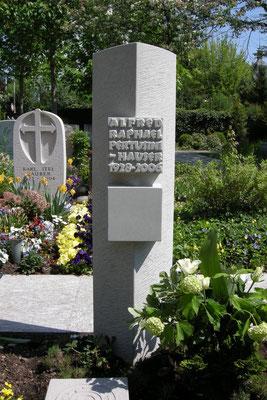 Grabmal in Erlenbach, mit Reliefinschrift aus Bolliger Sandstein
