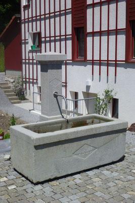 Brunnen aus dem 19. Jhdt. restauriert, Brunnenstock neu aus Bolliger Sandstein. Brunnen in Betrieb Privatgarten Hombrechtikon