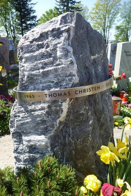 Grabmal in Volketswil, Alpenkalk und Ring aus Chromstahl