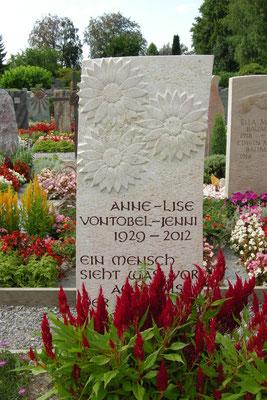 Grabmal in Rüti Blumenrelief in Liesberger Kalkstein