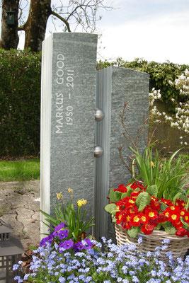 Grabmal in Stäfa, Griechischer Quarzit, Kugeln aus Chromstahl