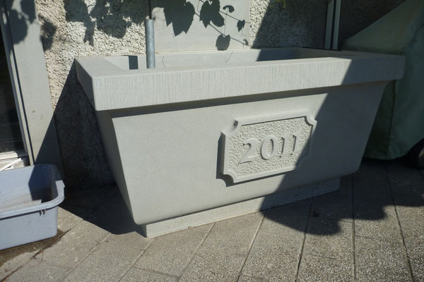 Brunnenbecken aus Bolliger Sandstein mit Relief Jahrzahl,  Kunstschmiede Zacherl, Hombrechtikon