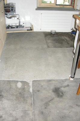 Renovation und Teilersatz von historischen Sandsteinbodenplatten in der Küche