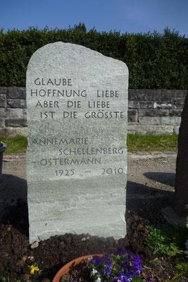 Felsengrabmal aus Verde Spluga bruchrauh im Meilen