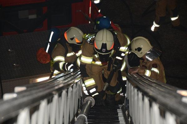 Aufstieg über die Drehleiter der Feuerwehr Axams