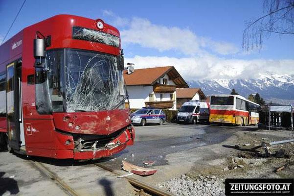 Verkehrsunfall zwischen Stubaitalbahn und Schibus