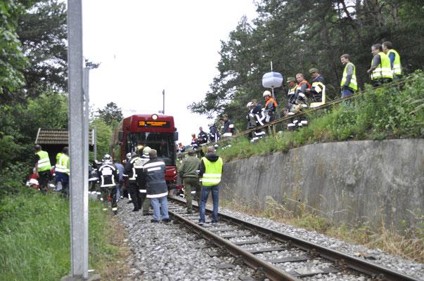 Unfallübung mit den Innsbrucker Verkehrsbetrieben, dem Rettungsdienst Tirol und mehreren Feuerwehren