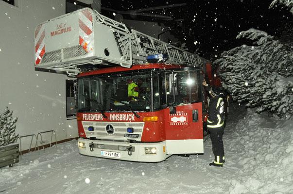 Entfernen gefährlicher Schneewechten von einem Hoteldach mittels Drehleiter