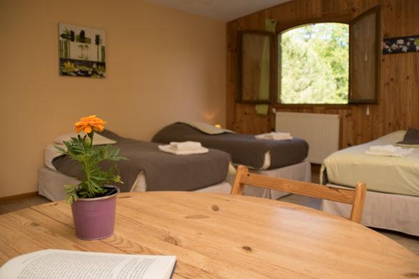 Une grande table et des tables de chevets pour tout le confort