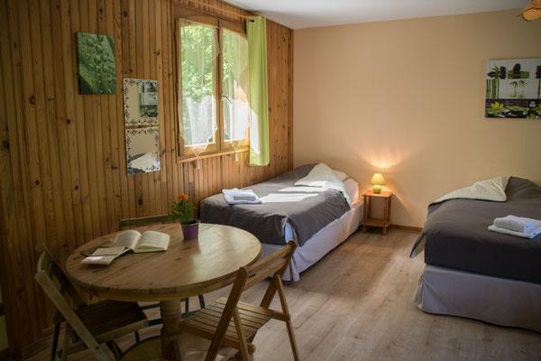 Une belle chambre avec 5 lits neufs et de qualité