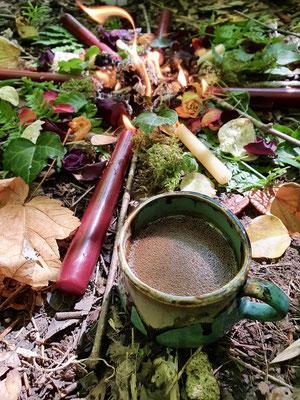 Gruppen Cacao-Zeremonie im Wald.