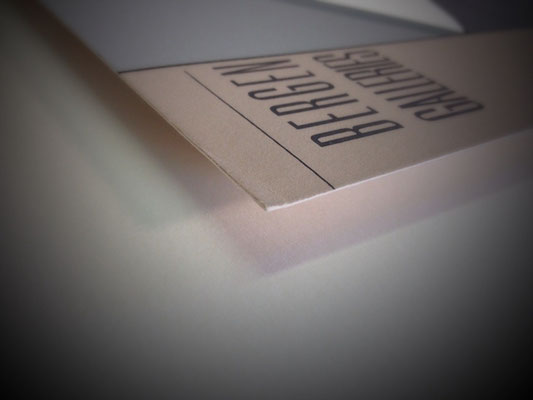 Einrahmung; Schwebende Montage - Plakat erhöht auf Trägerkarton fixiert. ( Reversibel Fixierung ).