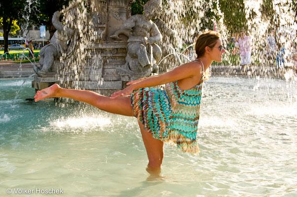 Gina Morresi aus New York kühlt sich in einem Brunnen auf dem Schlossplatz Stuttgart ab
