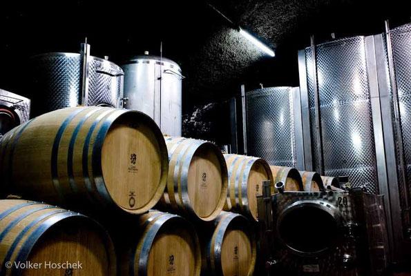 Weingut Graf Adelmann - Weinlagerung in Holzfässern und Edelstahltanks