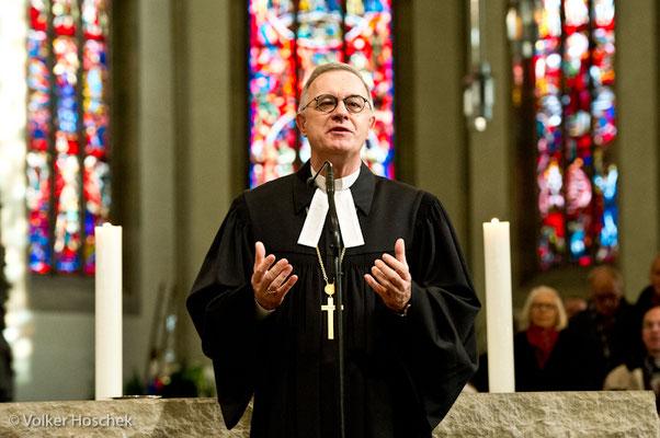 Landesbischoff Frank Otfried July in der Stuttgarter Stiftskirche