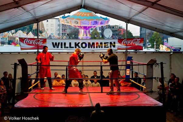 Boxkampf in der Boxbude von Charly Schulz auf dem Cannstatter Wasen