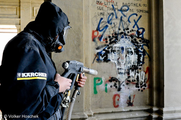 Reinigungsexperten der Firma Kärcher entfernen Graffiti vom Pavillon Belvedere im Park der Villa Berg