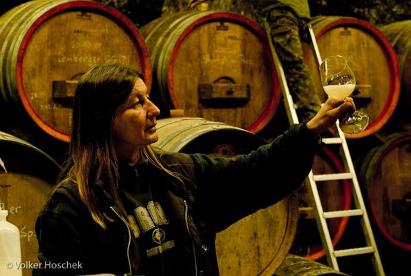 Weingut Graf Adelmann - Weinbautechnikerin bei der Gärkontrolle