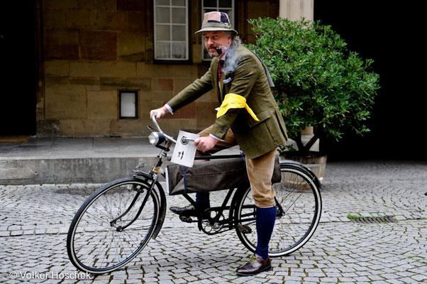 Jesper Ploug vor dem Start des 4. Tweed Run Stuttgart zur Solitude, im Innenhof des Alten Schlosses