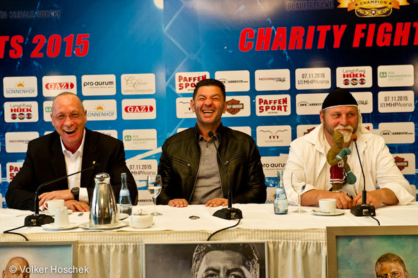 Uwe Hück, Luan Krasnigi, Francois Botha bei einer Pressekonferenz im Hotel Graf Zeppelin