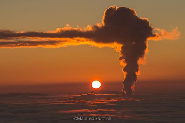 Sonnenuntergang über dem Nebelmeer des Mittellandes mit der Kraftwerkswolke, Aargau