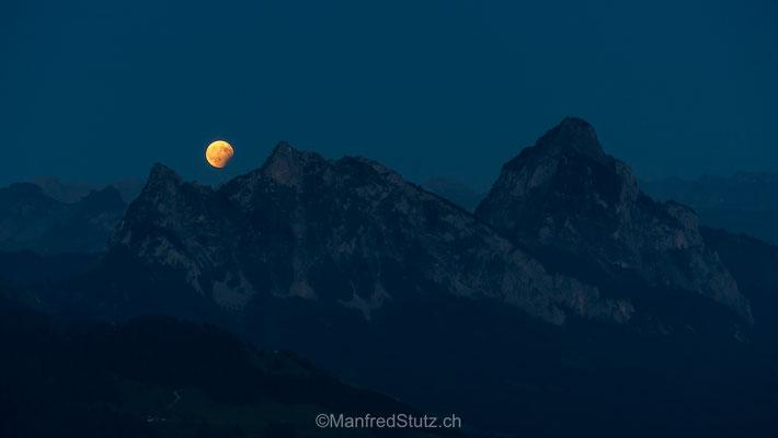 Mondaufgang über den Mythen, fotografiert vom Wildspitz