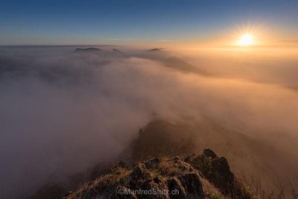 Sonnenaufgang an der Nebelgrenze auf der Wasserfluh, Aargau