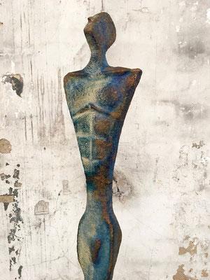 STARGAZER von Pam Jonas: Figur, 165 cm inkl. Sockel, Ton, Pigmente, Kaltkolorierung  (Detailaufnahme)