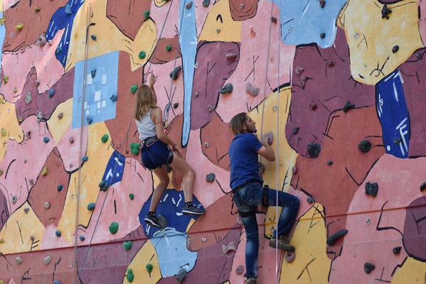 Lehrer und Schüler gemeinsam an der Kletterwand ...