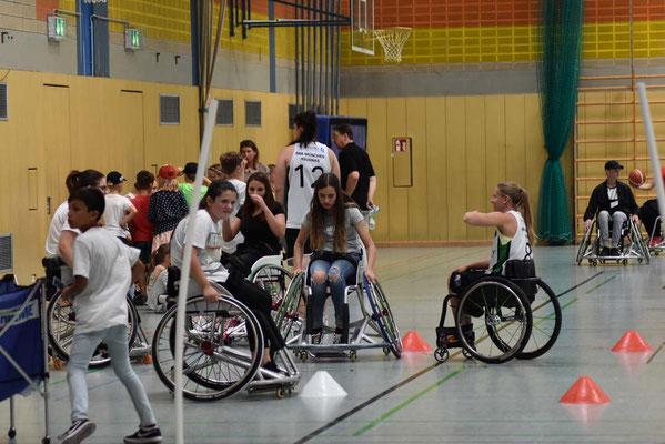 Eine Vize-Weltmeisterin erklärt: Laura Fürst mit Schülern