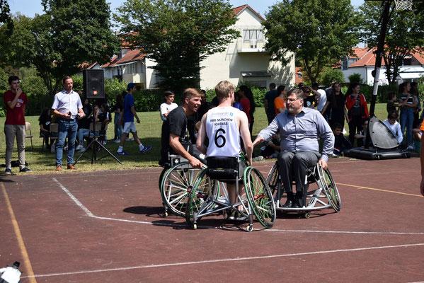 """Ehrengäste Landrat Löwl und Steffen Hamann spielen """"Street"""""""