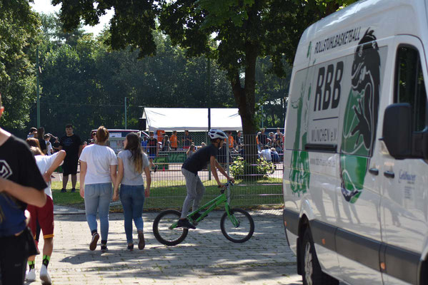 Draußen wird auf Trialrädern trainiert!
