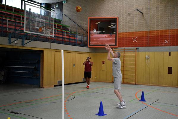 Marko Wojtowicz vom FC Bayern Basketball machts vor!